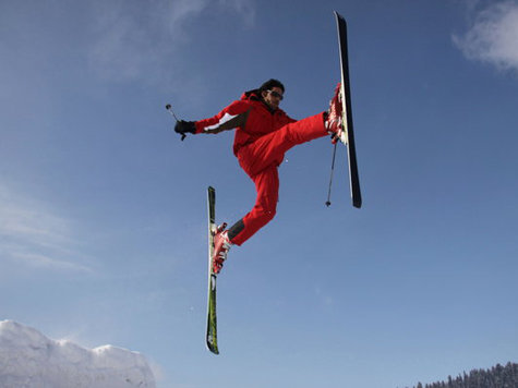 Freestyle-Skifahrer in Aktion.