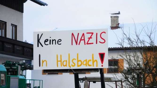 Anti-Neonazi-Demo in Halsbach