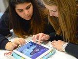 Schülerinnen in Rüsselsheim arbeiten mit einem Tablet: Achtklässler in Deutschland liegen mit ihren Computer-Kompetenzen international im Mittelfeld, so die Studie. Foto: Arne Dedert