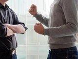 Das aggressive Verhalten eines Mitarbeiters kann auf eine Depression hinweisen. Anstatt ihn zu meiden, sollten Kollegen das Gespräch zu ihm suchen.