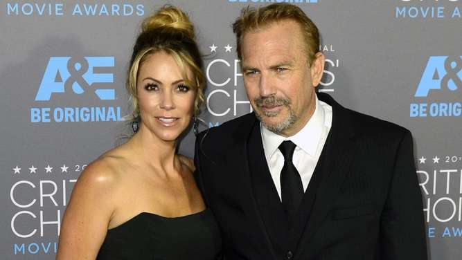 epa04562139 US actor Kevin Costner (R) arrives with his wife Christine Baumgartner (L) arrives for the 20th Annual Critics&#39 Choice Awards in Hollywood, California, USA, 15 January 2015. EPA/MICHAEL NELSON +++(c) dpa - Bildfunk+++