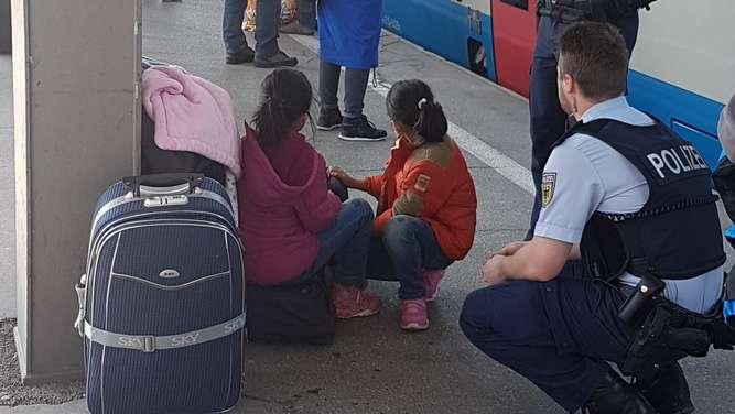 Pärchen geht shoppen - Eltern lassen ihre Kinder drei Stunden am Bahnsteig warten