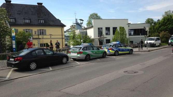 Polizeieinsatz in Tutzing: Bombendrohung an Gymnasium - Gebäude evakuiert