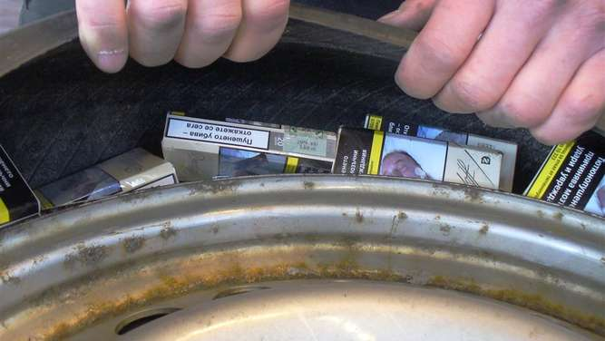 Rosenheim: 11.000 Zigaretten im Reserverad mit Röntgengerät entdeckt