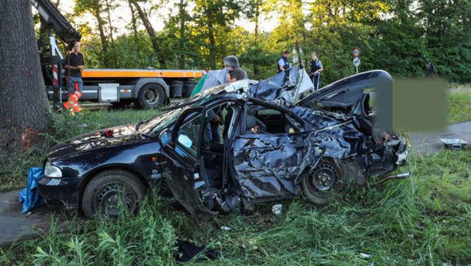 Auto prallt gegen Baum Zwei Jugendliche sterben an der Unfallstelle