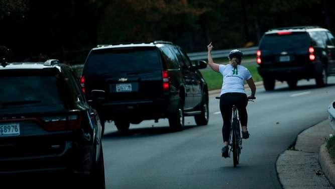 Radfahrerin zeigt Trump den Mittelfinger und verliert ihren Job