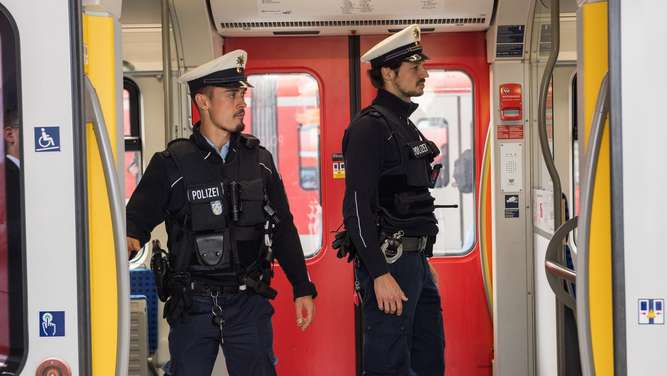 Jugendliche werfen bei Halt am Hauptbahnhof Mann aus S-Bahn