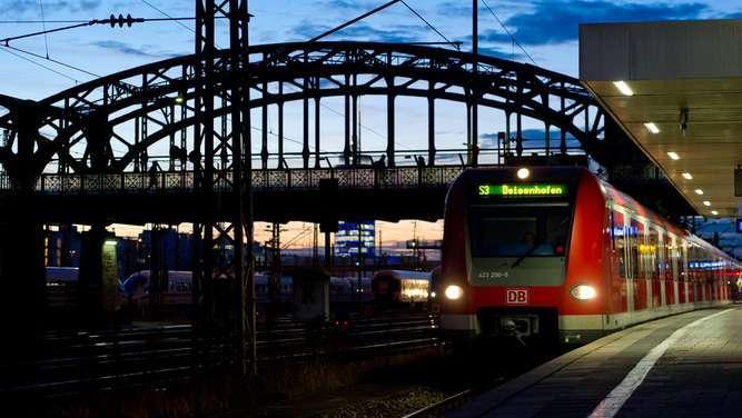 Mann in München von zwei S-Bahnen überrollt und überlebt