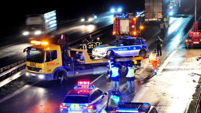 Lastwagen prallt gegen Polizeiauto - 23-jährige Polizistin stirbt