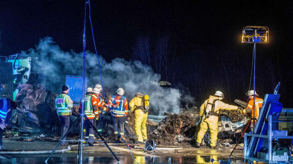 Unfall auf A6 mit zwei Toten - Autos gehen in Flammen auf