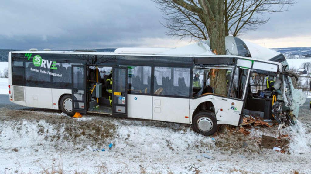 Unfälle: Linienbus prallt gegen Baum, Lkw kippt auf Auto