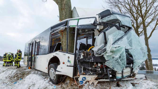 Mehrere Verletzte: Linienbus prallt bei Glätte gegen Baum