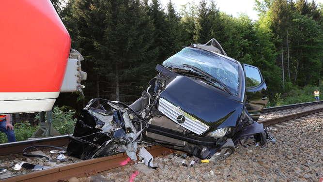 Zug kracht in Auto - Zwei Tote bei schwerem Bahnunglück