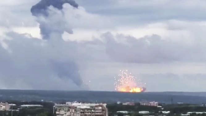 Sibirien: Munitionslager fliegt mit einem riesigen Feuerball in die Luft