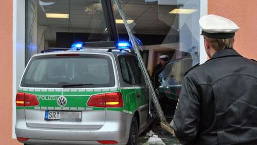 Polizeiauto rast in Schaufenster