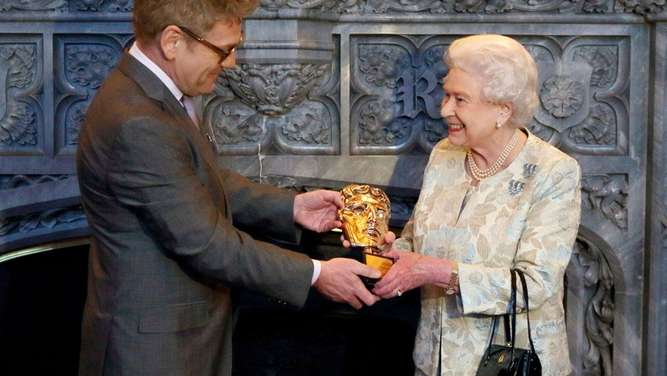 "Filmbranche ehrt ""Bond-Girl"" Queen Elizabeth"