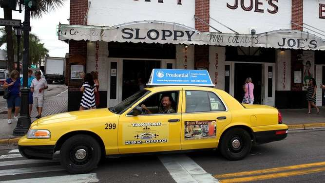 Taxi fährt bei Sloppy Joes Bar in Key West Florida vorbei.