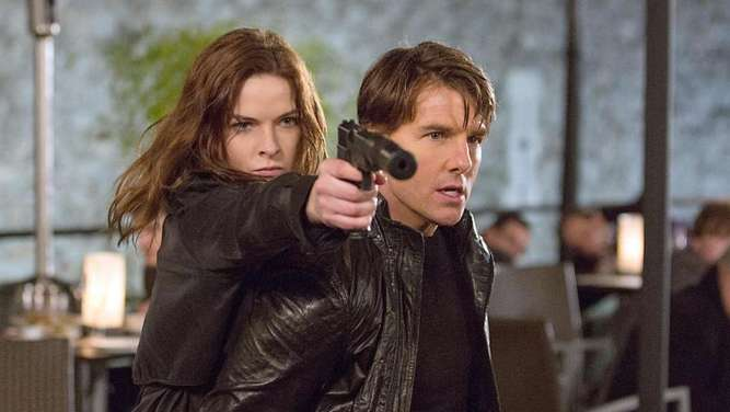 Rebecca Ferguson und Tom Cruise als Agenten in Aktion. Foto: Chiabella James/Paramount/dpa