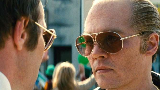 Eine unheilige Allianz: FBI-Agent John Connolly (Joel Edgerton) und Whitey Bulger (Johnny Depp). Foto: Warner Bros
