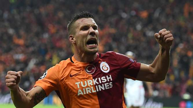 Galatasaray&#39s German forward Lukas Podolski celebrates scoring during the UEFA Champions League football match between Galatasaray AS and SL Benfica at the Ali Sami Yen Spor Kompleks stadium in Istanbul on October 21, 2015. AFP PHOTO / OZAN KOSE