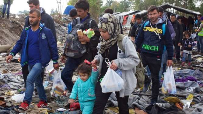 epa04987379 Police manage the flow of refugees on the border between Serbia and Croatia, in Berkasovo, Serbia, 21 October 2015. An estimated 3,500 migrants spent a night of nearly freezing temperatures at Serbia&#39s closed border crossing with Croatia at Berkasovo-Bapska. As tensions rose on the ground and between European capitals over the migrant influx, a meeting was called Sunday in Brussels for 10 EU and Balkan leaders to discuss the &#39unfolding emergency.&#39 EPA/STRINGER +++(c) dpa - Bildfunk+++
