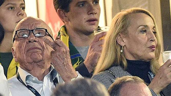 Rupert Murdoch (l.) und Jerry Hall im Stadion in London. Foto: AFP/Martin Bureau