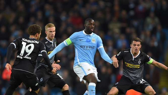 epa05060338 Manchester City&#39s Yaya Toure (C) in action with Gladbach&#39s Fabian Johnson (L) and Granit Xhaka (R) during the UEFA Champions League group D soccer match between Manchester City and Borussia Moenchengladbach held at the Etihad Stadium in Manchester, Britain, 08 December 2015. EPA/Peter Powell +++(c) dpa - Bildfunk+++