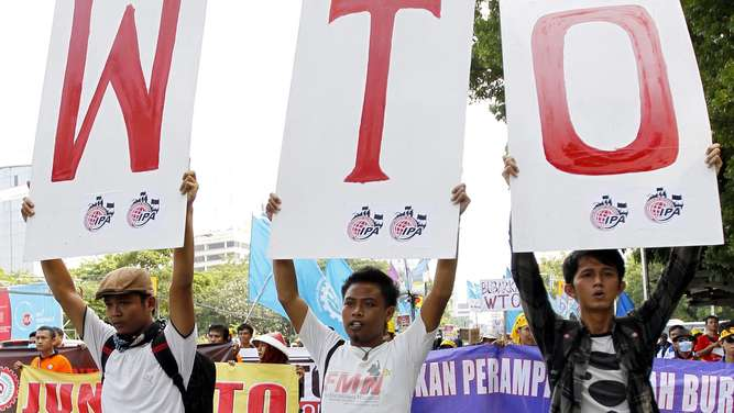 "FILE - Indonesian activists hold banners and shout slogans during a rally againts the World Trade Organization (WTO) in Jakarta, Indonesia, 06 December 2013. EPA/BAGUS INDAHONO (zu dpa ""WTO am Scheideweg: Scheitert die ""Hüterin des Welthandels""?"" vom 09.12.2015) +++(c) dpa - Bildfunk+++"