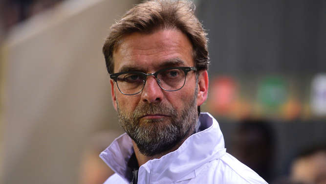 Liverpool&#39s German coach Jurgen Klopp looks on during the UEFA Europa League semifinals first leg football match Villarreal CF vs Liverpool FC at El Madrigal stadium in Vila-real on April 28, 2016. / AFP PHOTO / JOSE JORDAN