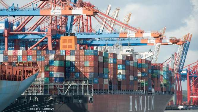 "Die ""Hanjin Harmony"" am 26. September an einem Containerterminal in Hamburg. Foto: Daniel Bockwoldt"