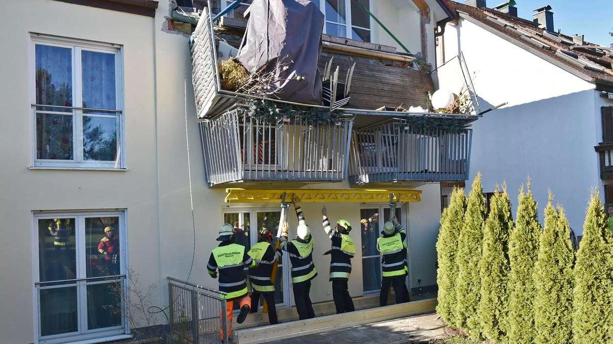m nchen feuerwehr einsatz wegen abgebrochenem balkon an haus in stettnerstra e bayern. Black Bedroom Furniture Sets. Home Design Ideas