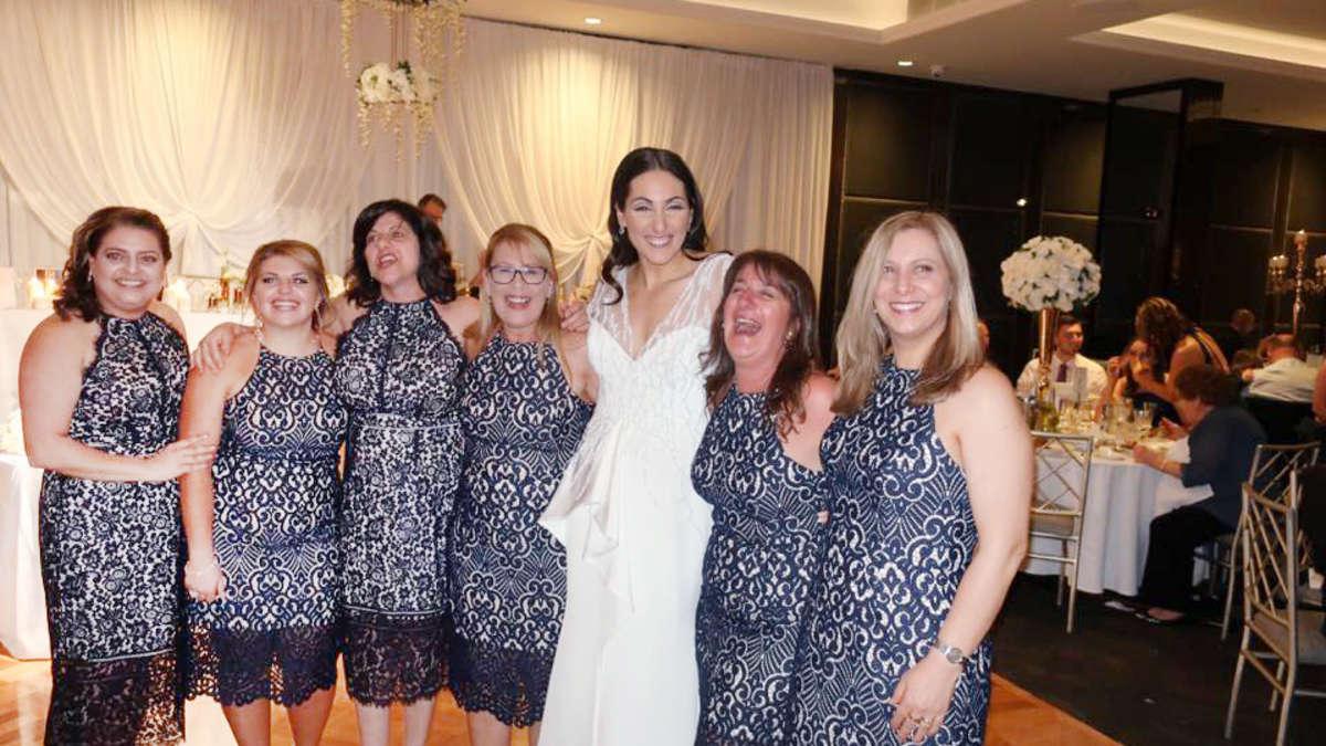 Sydney: Sechs Frauen trugen auf Hochzeit das gleiche Kleid, Foto auf ...