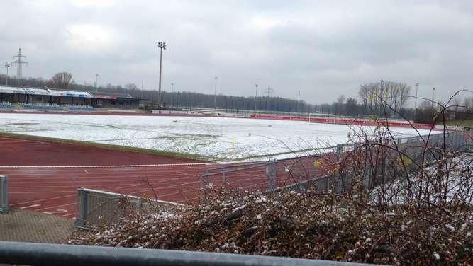 Schneedecke im Vöhlinstadion: Auf diesem Platz hätte das Spiel zwischen Illertissen und 1860 Rosenheim stattfinden sollen.