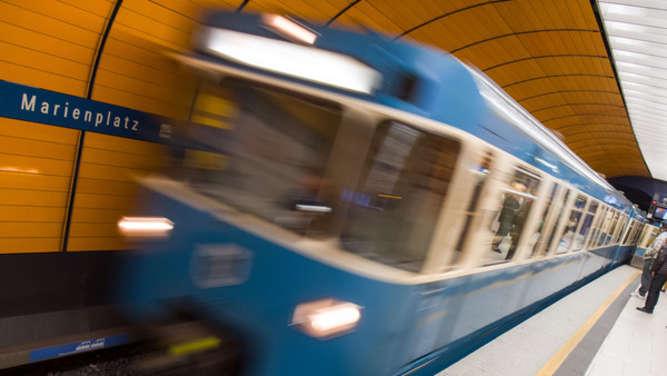 """Mann (20) dreht vor U-Bahn durch und fordert per Notruf """"Frau für sexuelle Handlungen"""""""