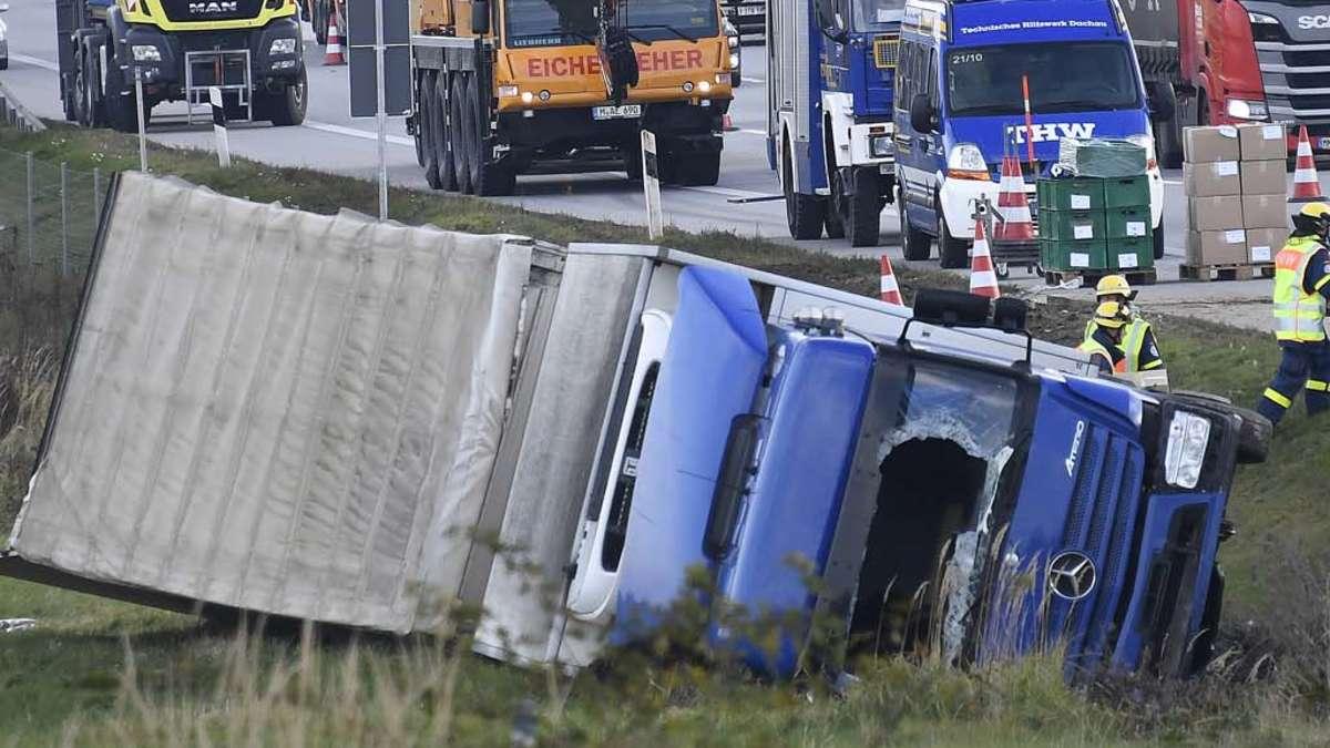 Odelzhausen: Rosenheimer Lkw kommt von Fahrbahn ab und stürzt um   Bayern - rosenheim24.de