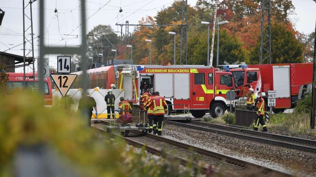 Zwei Schüler sind auf einem Bahnhof bei Landshut in Niederbayern von einem Zug erfasst und tödlich verletzt worden. Ersten Angaben der Polizei zufolge, wurden die beiden am Dienstagmorgen auf dem Bahnhof Bruckberg von einem durchfahrenden Regionalzug erfasst.
