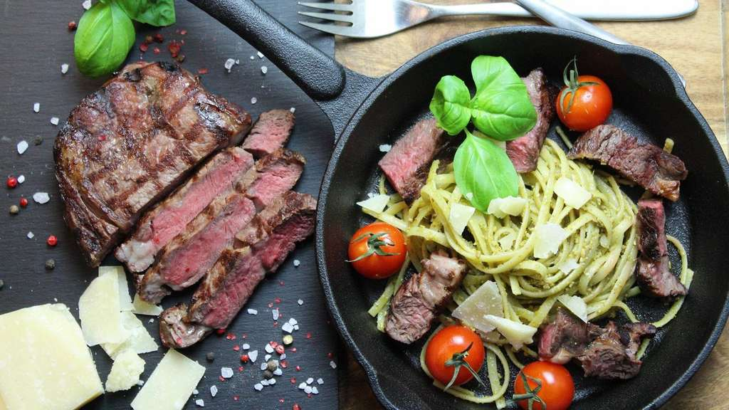 Pasta mit Steak in der Pfanne